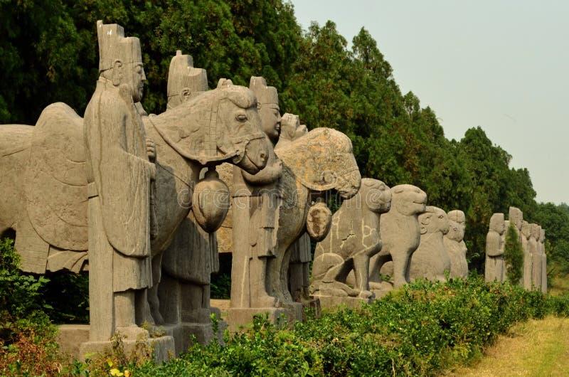 Kamienne statuy strażnicy i zwierzęta - Pieśniowej dynastii grobowowie fotografia royalty free