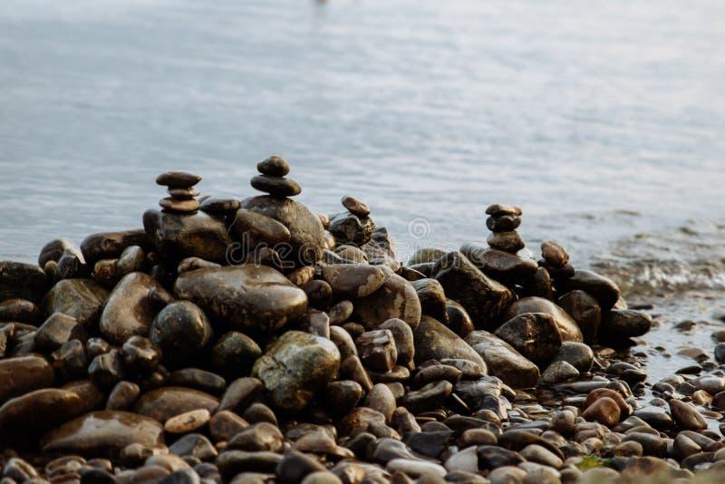Kamienne wieżyczki na seashore, skalisty seashore zdjęcia stock
