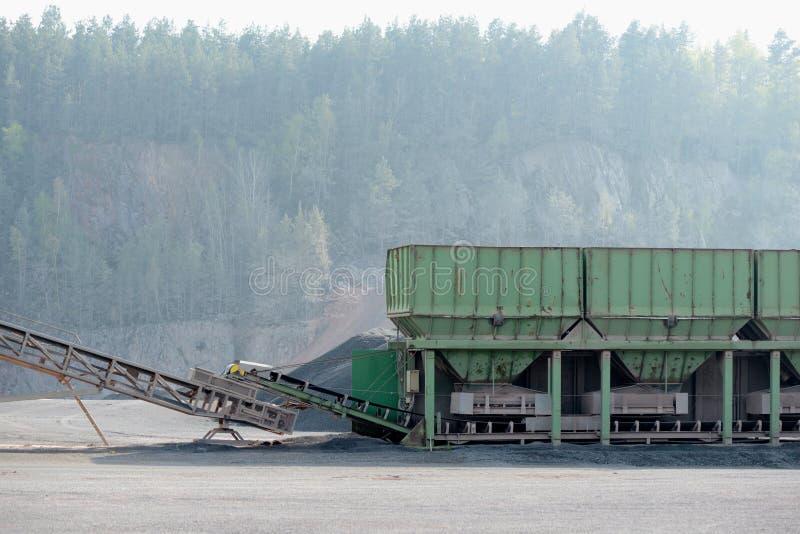 Kamiennego gniotownika maszyna w otwartej jamy kopalni porfir skała fotografia royalty free