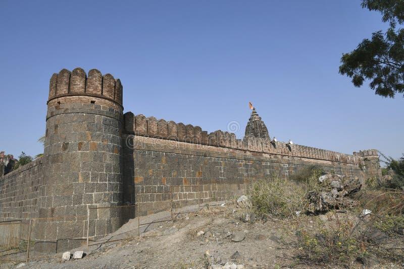 Kamiennego kamieniarstwa ściana z Cylindrycznym zegarkiem góruje przy interwałami otacza całkowitą wioskę Vitthal świątynia, Pala obraz stock