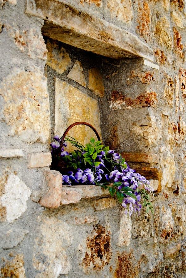 Kamiennej ściany nisza z kwiatami zdjęcia royalty free