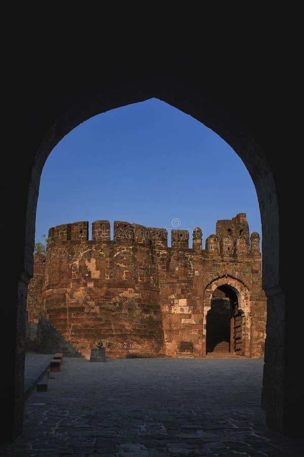 Kamiennej ściany wejścia łuk Daulatabad, także znać jako Devagiri czternastego wieka fort fotografia stock