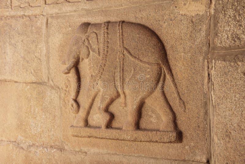 Kamienni bareliefy na ścianach w świątyniach Hampi Rzeźbić kamień a obraz stock