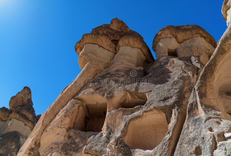 Kamienni kominy z jama domami w michaelita dolinie, Cappadocia Turcja obraz royalty free