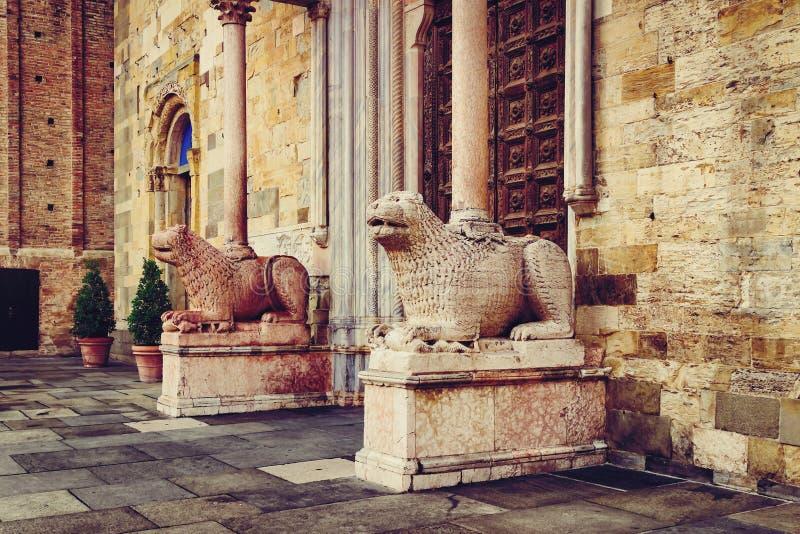 Kamienni lwy Duomo katedra w Parma, emilia, Włochy obrazy stock