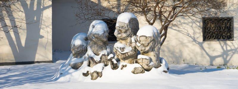 Kamienni lwy w śniegu zdjęcie royalty free