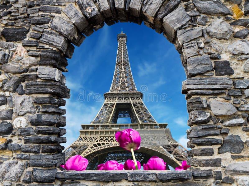 Kamienni okno z wycieczką turysyczną Eiffel zdjęcia stock