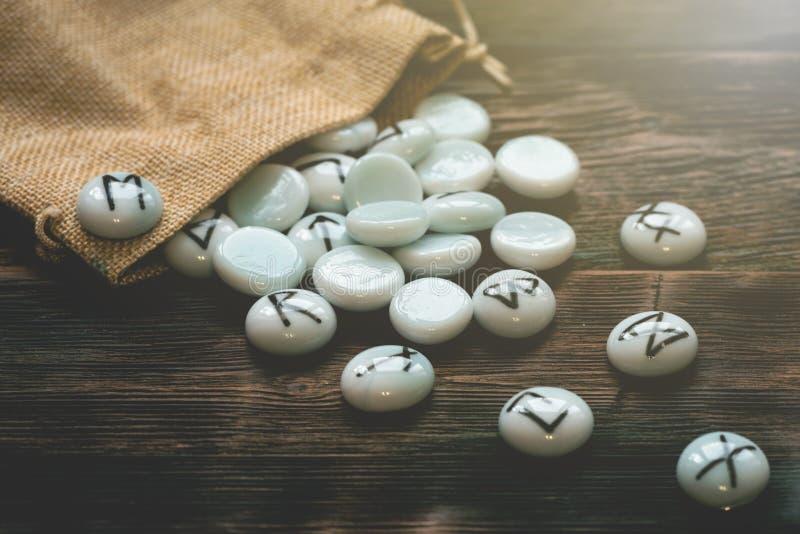 Kamienni runes Futune czytelniczy poj?cie obrazy royalty free