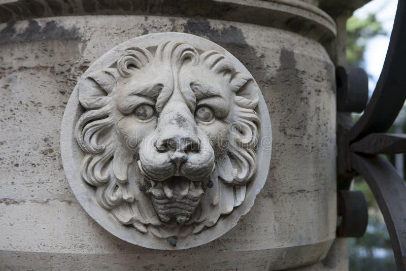 Kamienni rzeźba lwy przewodzą na antycznym Romańskim budynku obrazy stock