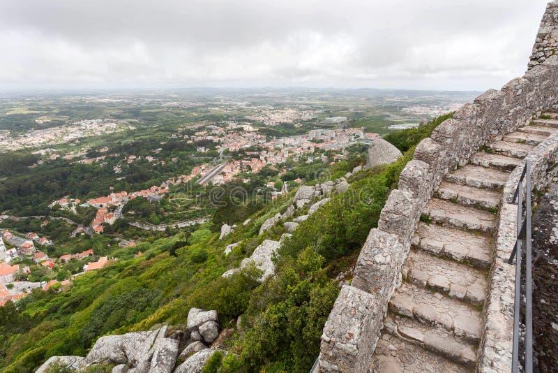 Kamienni schodki 8th wiek Maureta?ski kasztelu kasztel nad grodzkim Sintra Dziejowy krajobraz w Portugalia zdjęcia royalty free
