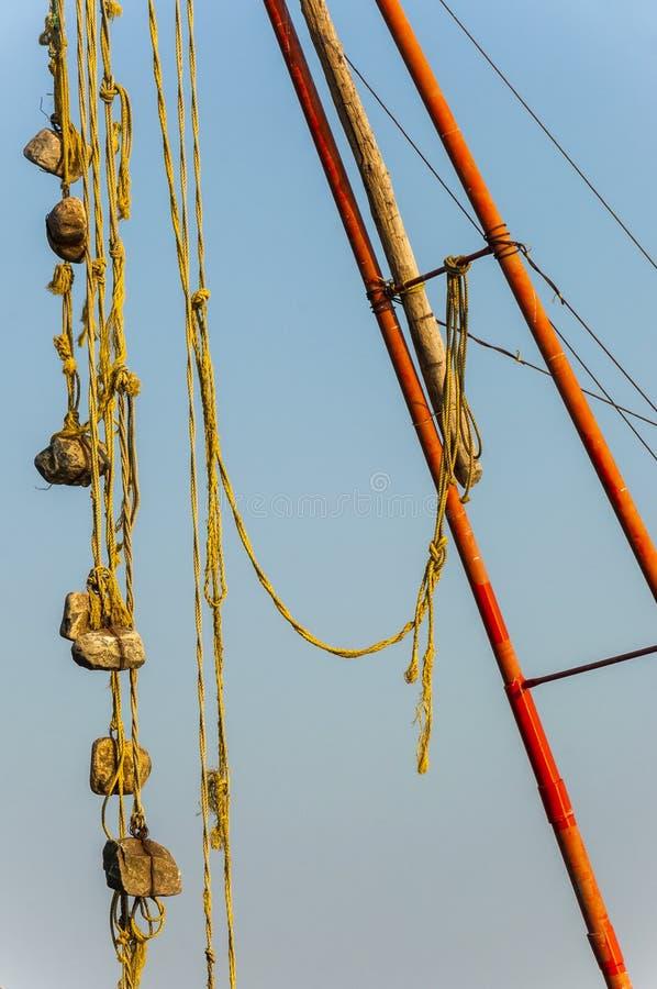 Kamienni sinkers wiesza na Chińskich sieciach rybackich obrazy stock