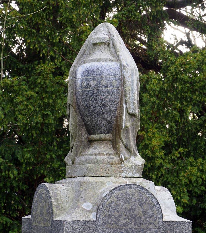 Kamienny łzawica, drapujący w kamiennej pelerynie na churchyard piedestale, zdjęcie royalty free