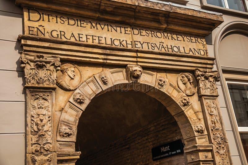 Kamienny łuku wierzchołek dekorujący z inskrypcjami i embossed rzeźbami w Dordrecht obrazy royalty free