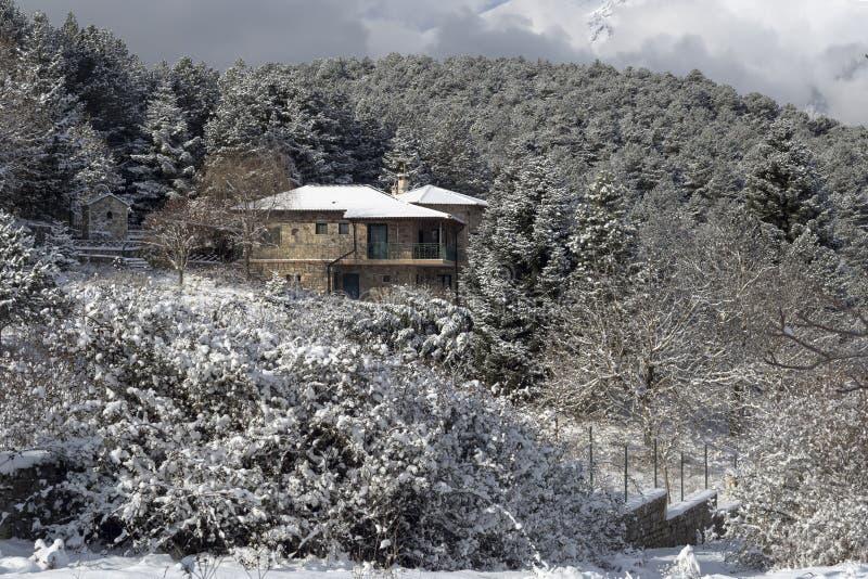 Kamienny dom w górach fotografia stock