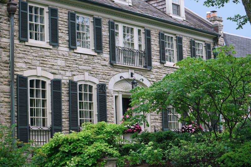 Kamienny dom z żaluzjami zdjęcia stock