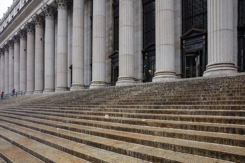 Kamienny filaru rząd i schodka szczegół klasyczny fasad? zbudowa? obraz stock