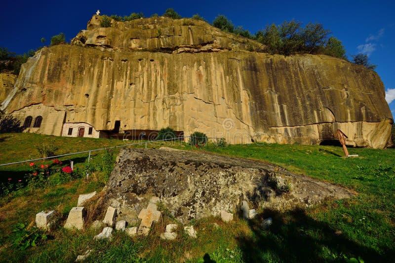 Kamienny kruka monaster od Corbi, Arges okręg administracyjny, Rumunia (Corbii De Piatra) zdjęcia stock