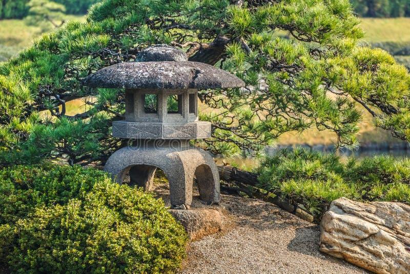 Kamienny lampion przy En ogródem zdjęcia royalty free