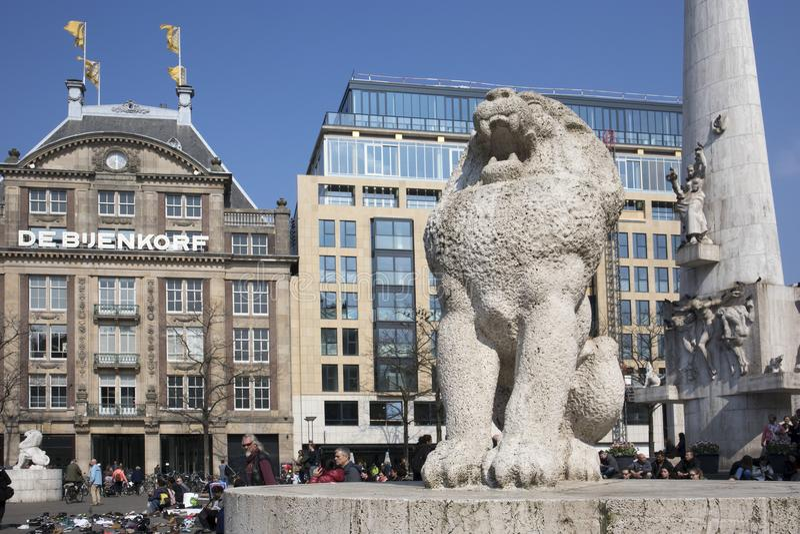 Kamienny lew jako część Krajowego zabytku na tama kwadracie w centrum Amsterdam Jest 1956 druga wojna światowa zabytek w Netherla obraz royalty free