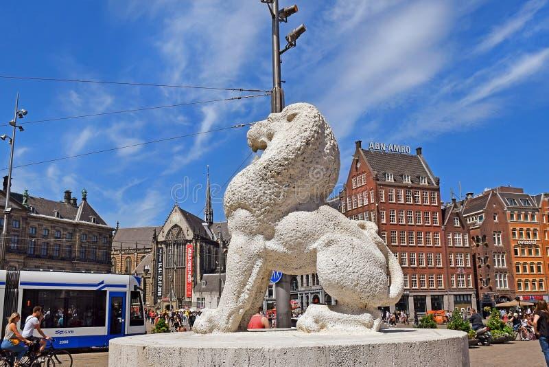 Kamienny lew jako część Krajowego zabytku przy tama kwadratem w Amsterdam obraz stock
