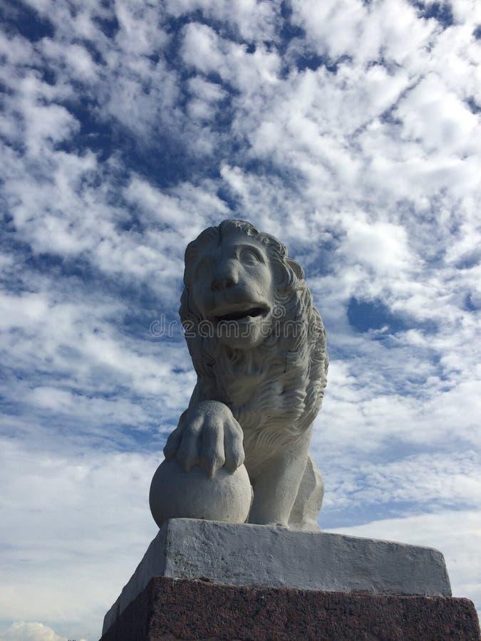 Kamienny lew na piedestale w parku fotografia stock
