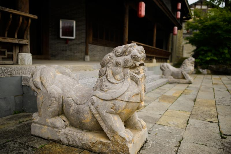 Kamienny lew przy wejściem tradycyjny budynek, Qingyan miasteczko obrazy royalty free