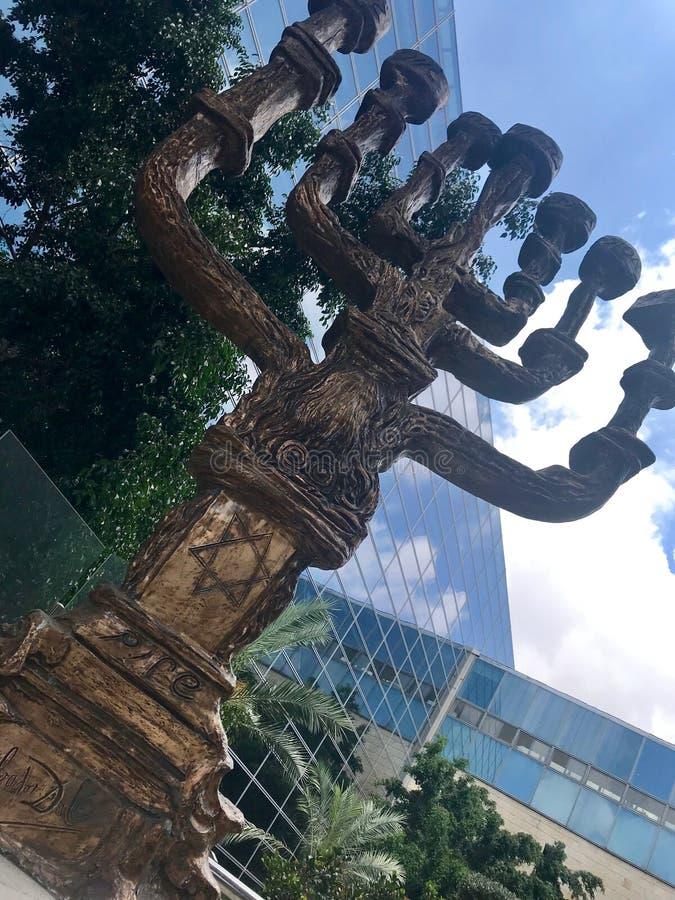 Kamienny menorah dla siedem świeczek Hanukkah obok western ściany miasta Jerozolima obraz royalty free