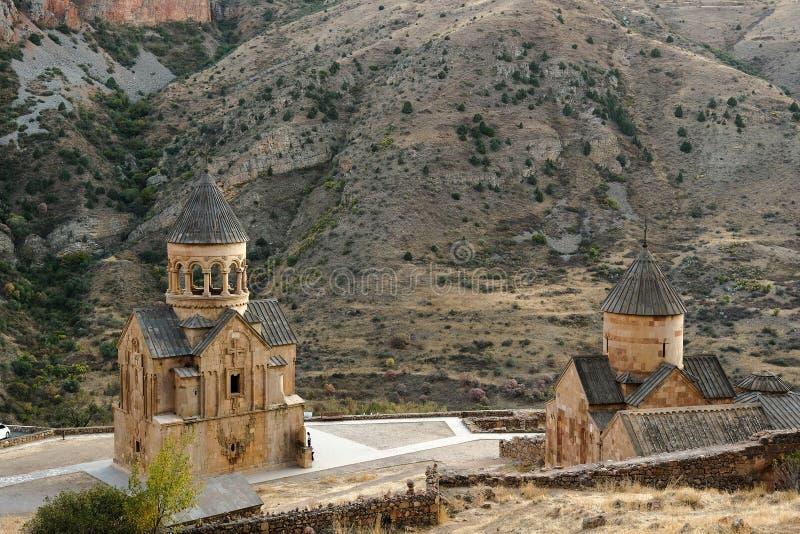 Kamienny monaster Noravank w Armenia na tle Kaukaz góry Chrześcijański Apostolski kościół tuff, odgórny widok zdjęcie stock