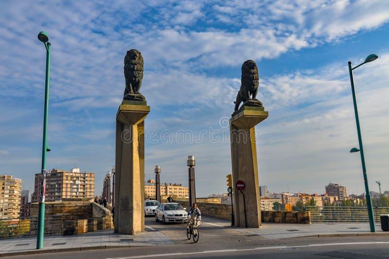 Kamienny most lwy jest mostem przez rzekę Ebro w Zarag obrazy royalty free