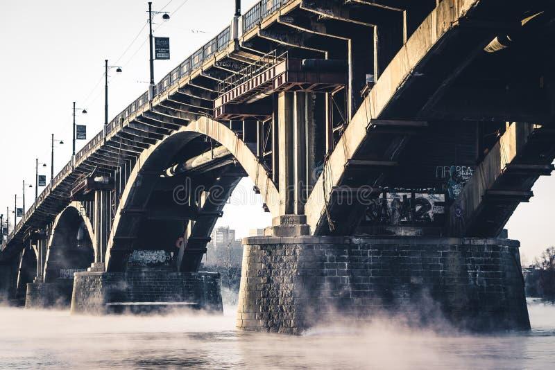 Kamienny most na mglistej rzece zdjęcie royalty free