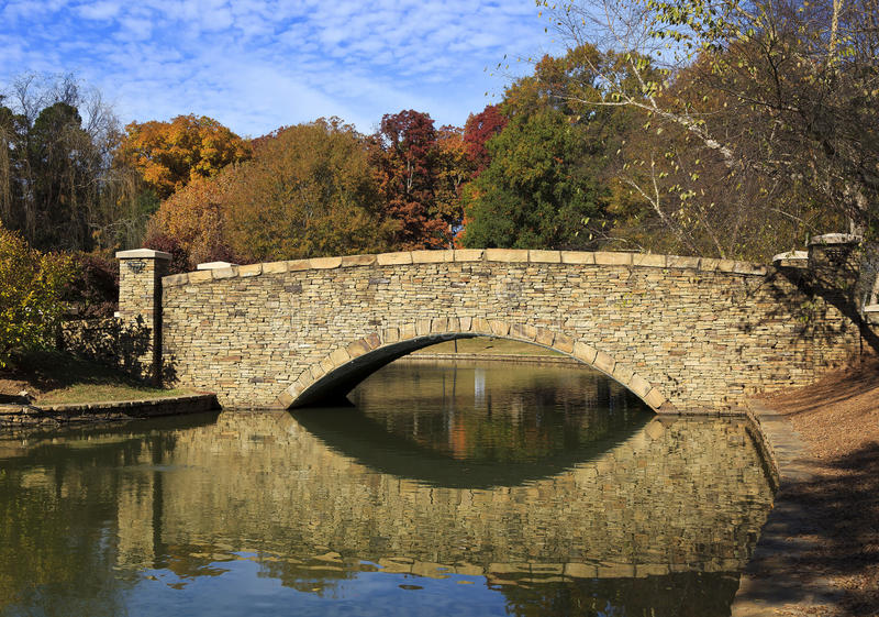 Kamienny most przy parkiem obrazy stock