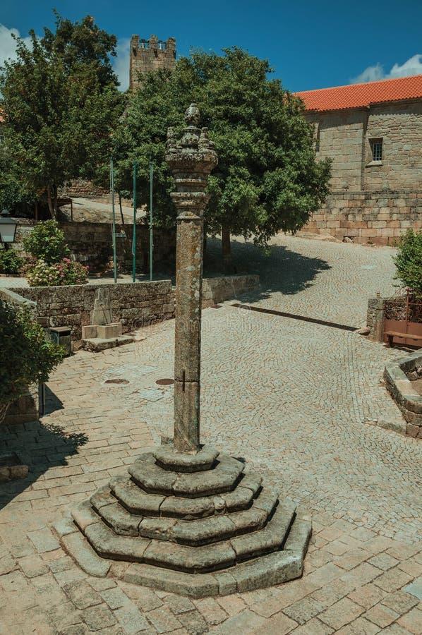 Kamienny pręgierz w kwadracie okrążającym gothic domami zdjęcia stock