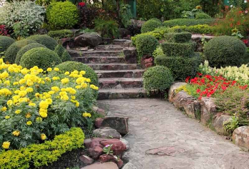 Kamienny przejście w kwiatu ogródzie obrazy royalty free