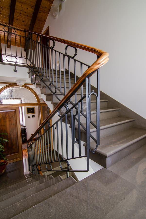 Kamienny schody i drewniany poręcz fotografia royalty free