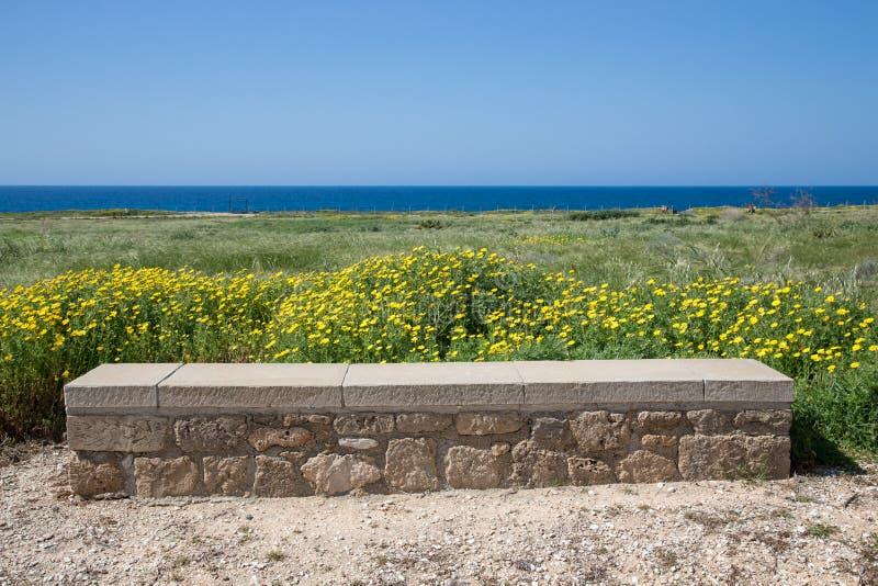 Kamienny siedzenie na górze nad morze na tle niebo zdjęcie stock
