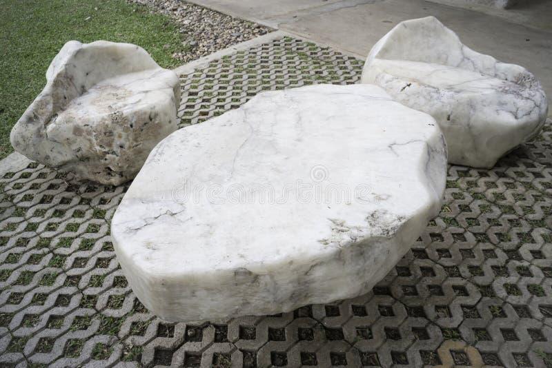 Kamienny siedzenie w plenerowym ogródzie zdjęcie royalty free