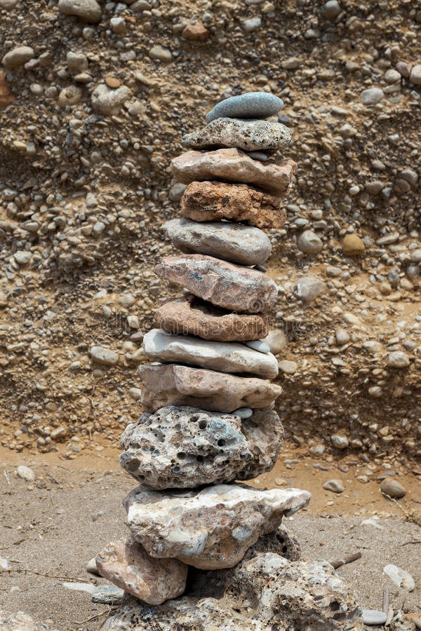 Kamienny stos na dennej plaży Kamienny basztowy zbliżenie obraz royalty free