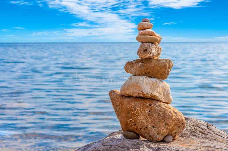 Kamienny sztaplowanie na wybrzeżu zdjęcie royalty free
