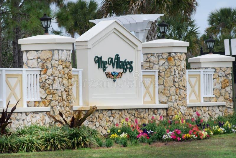 Kamienny wejście znak wioski w Floryda w wiośnie zdjęcie royalty free