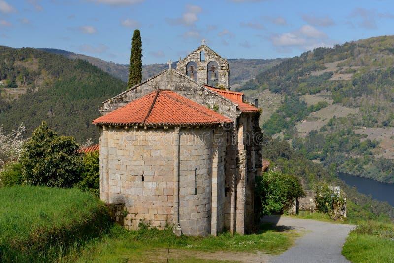 Kamienny wiejski dom w tle góry zdjęcia royalty free