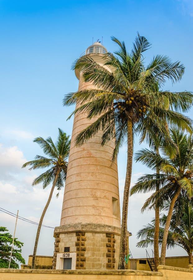 Kamienny wierza i drzewka palmowe na plaży zdjęcia royalty free