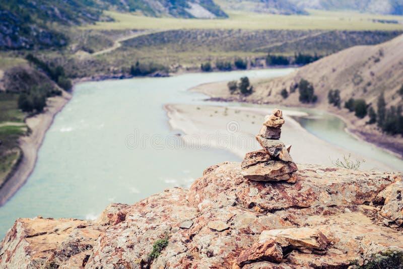 Kamienny wierza przy zbieżnością Chuya rzeka i Katun rzeka Altai Rosja zdjęcia royalty free