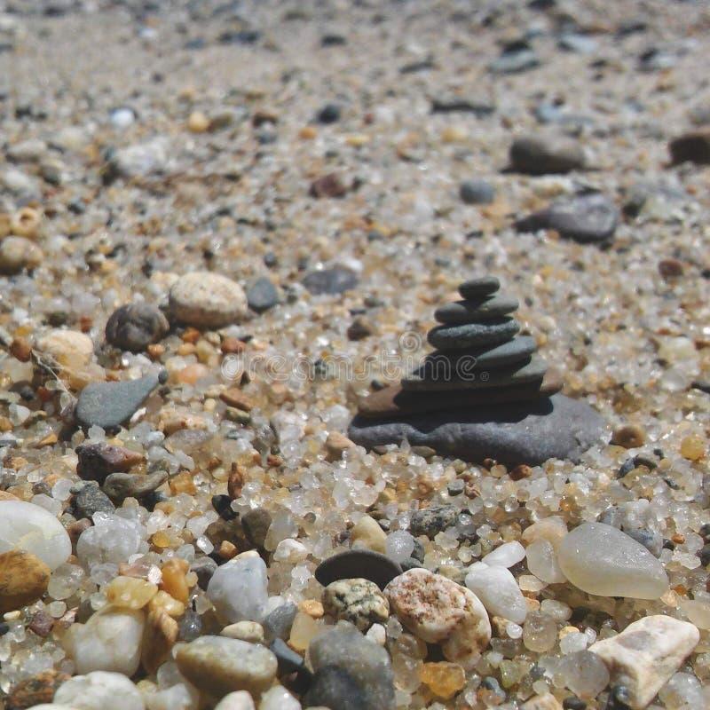 Kamienny wierza wśród otoczak plaży fotografia stock