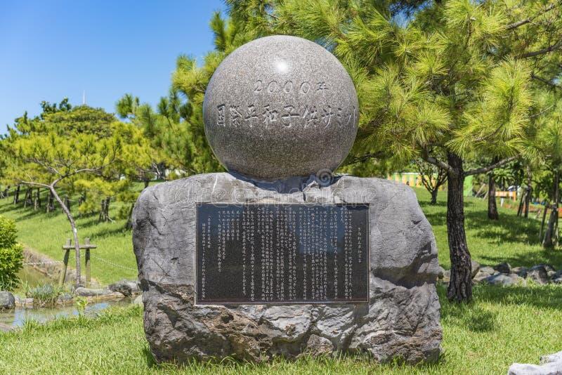 Kamienny zabytek Międzynarodowy pokojów dzieci szczyt który stoi przy Okinawa Convention Center w Ginowan mieście obrazy royalty free