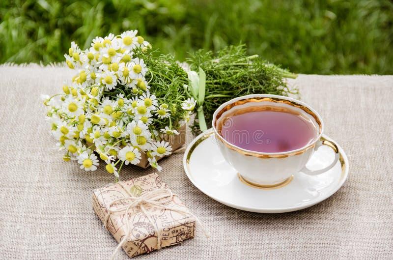 Kamille en een kop thee Romantisch concept stock afbeeldingen