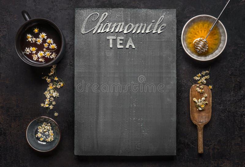 Kamillenteehintergrund mit Tasse Tee, getrocknete Kamillenblumen und Honig in der Schüssel, Draufsicht Feld Beheben Sie, um eine  lizenzfreie stockfotografie