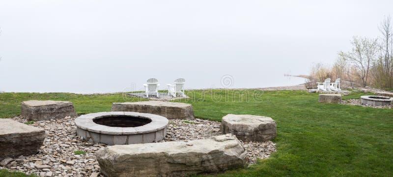Kamin auf dem Seelagerfeuer lizenzfreies stockbild