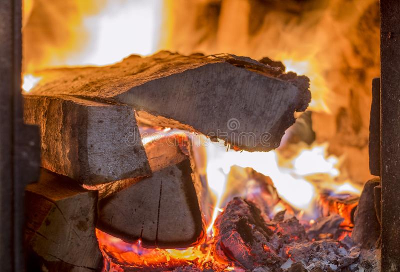 Kamin mit brennendem Holz lizenzfreies stockbild