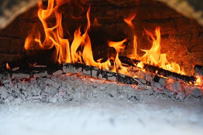 Kamin mit brennendem Tonkaminfeuer aus Holz im Winter zu Hause - Konzept des Kaminraums lizenzfreie stockfotografie
