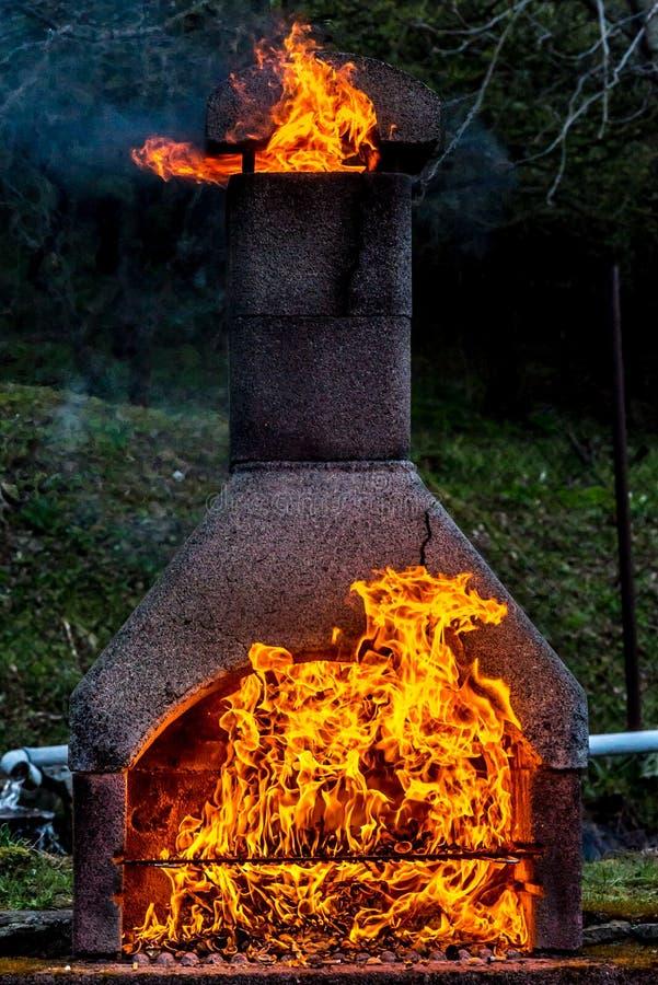 Kamin mit enormem Feuer und Pferd von den Flammen aufgedeckt stockfoto